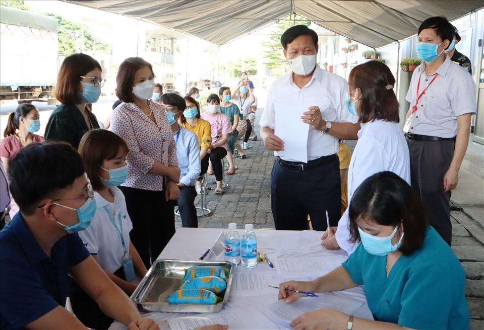 Thứ trưởng Bộ Y tế (đứng thứ ba từ phải qua) và Chủ tịch UBND tỉnh Bắc Ninh (đứng thứ hai từ trái qua) thăm điểm tiêm vắc xin phòng COVID-19 tại Tập đoàn KHKT Hồng Hải.