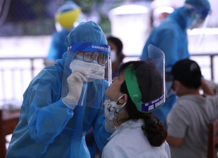 Nhân viên y tế lấy mẫu xét nghiệm cho công nhân tại Bắc Giang.