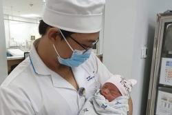 Lại một em bé chưa cắt rốn bị mẹ bỏ rơi đáng thương giữa đêm khuya