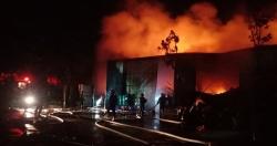 Hà Nội: Cháy nổ lớn tại kho hàng lúc nửa đêm