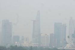 """Xuất hiện sương mù dày ở TPHCM, nhà cao tầng """"biến mất"""" khỏi tầm nhìn"""