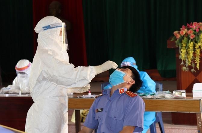 Đoàn hỗ trợ y tế Hà Nội hỗ trợ Lạng Giang lấy mẫu xét nghiệm Covid-19