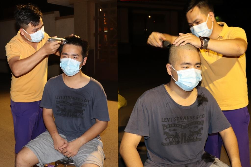 """Bác sĩ Nguyễn Ngọc Huy CDC Hà Nội cắt tóc cho bác sĩ Đinh Việt Anh """"cắt trọc luôn cho mát"""", tham gia chống dịch cho """"tiện""""."""