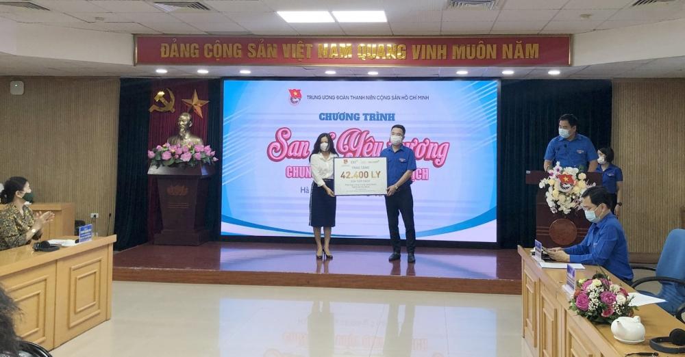 Trao tặng 42.000 ly sữa tiếp sức vùng dịch tại Bắc Giang