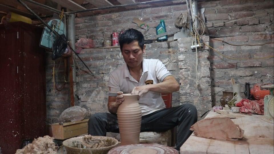 Nghệ nhân khiếm thính gìn giữ cách làm gốm thủ công ở Bát Tràng