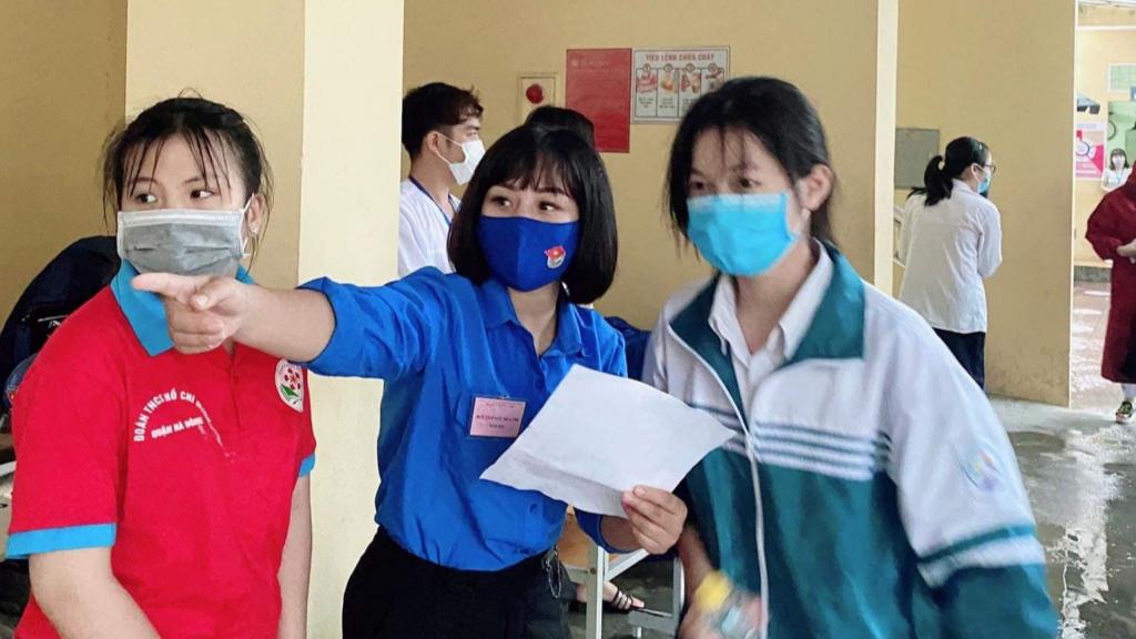 Sự nhiệt thành của thanh niên tình nguyện giúp thí sinh có kỳ thi an toàn
