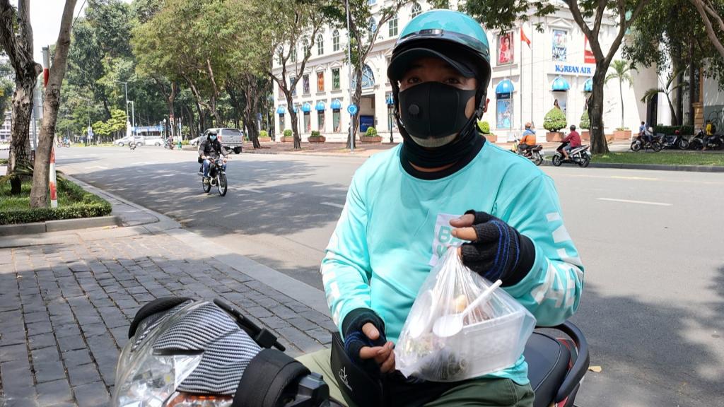 Quang Linh từ một HDV du lịch đầy tiềm năng trở thành shipper bất đắc dĩ