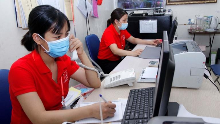 Trần Phương (bên trái) trở thành một nhân viên tư vấn bất động sản để kiếm thêm thu nhập