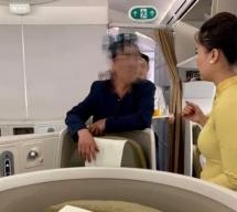 """Vụ quấy rối trên máy bay: Tiếp viên trưởng cũng bị… """"sờ soạng""""?"""