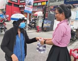 cong nhan khong duoc di lam tro lai phai tu buon chai kiem song