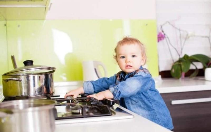Cách giữ an toàn cho trẻ trong nhà bếp