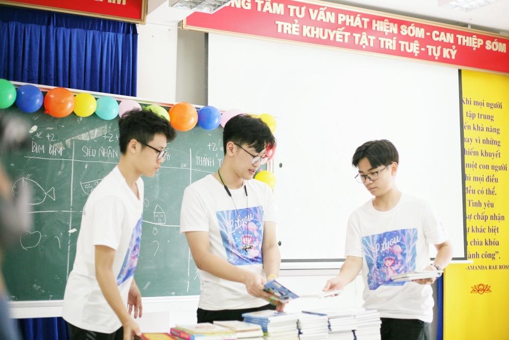 Học sinh Hà Nội mang niềm vui đến cho các em nhỏ khuyết tật