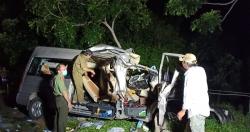 """Xe khách và xe tải """"đấu đầu"""" trong đêm, 8 người tử vong"""