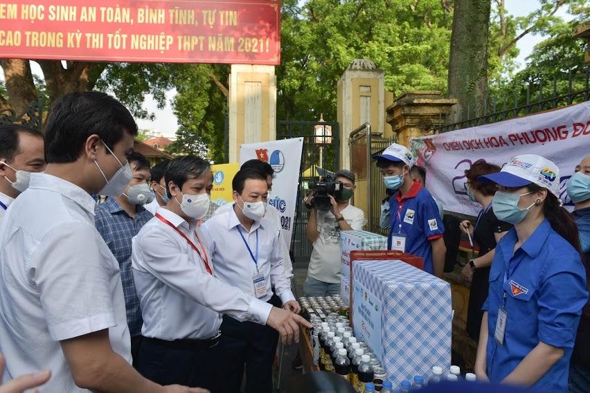 Bộ trưởng Bộ GD&ĐT kiểm tra công tác thi tại trường THPT Chu Văn An