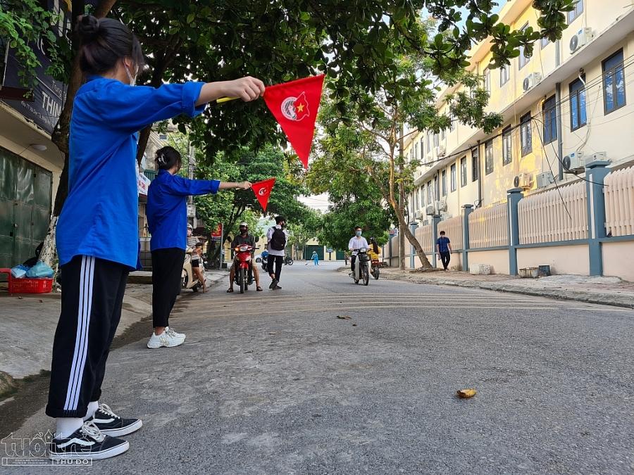 Đoàn thanh niên xã Dục Tú tham gia hỗ trợ thí sinh