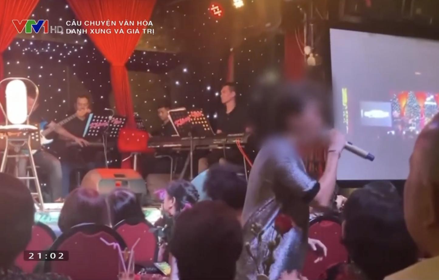 """Chương trình cũng đưa ra một ví dụ về loạn danh xưng với clip về nghệ sĩ mà chỉ cần cất tiếng hát thì biết ngay là người từng được phong là """"Ông hoàng"""" nhạc Việt. Ảnh chụp màn hình"""
