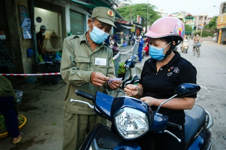 Người dân đi chợ theo phiếu được phát tại chợ Nhật Tân (Tây Hồ)