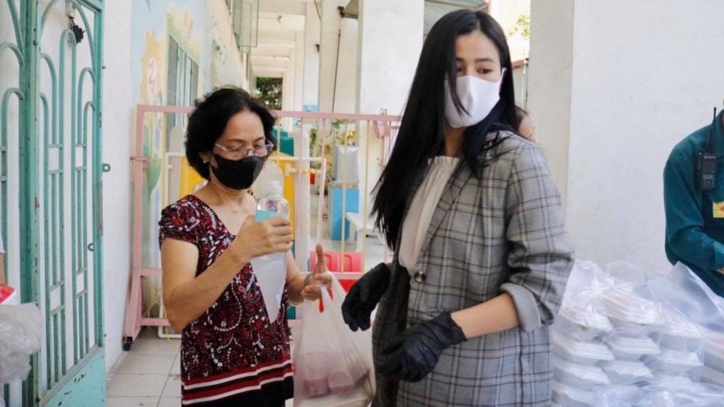 Hà Nội phát phiếu đi chợ, người trẻ nói gì?
