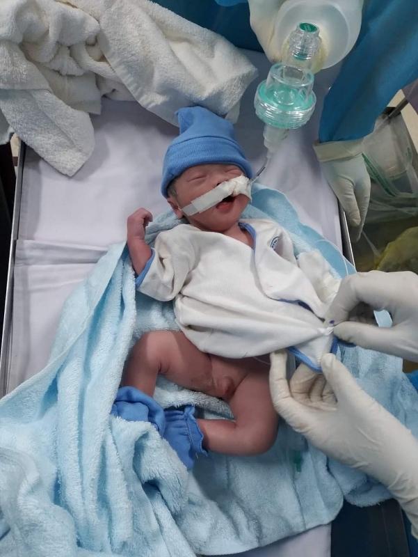 Bé trai 2kg chào đời khi mẹ nằm hồi sức cấp cứu vì Covid-19
