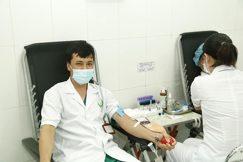 Nhân viên y tế hiến máu cứu bệnh nhân qua cơn nguy kịch