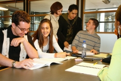 Những cách mở rộng mối quan hệ khi còn là sinh viên