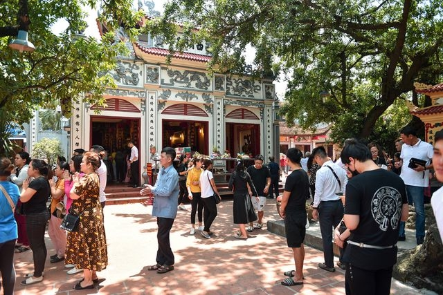 ha noi dan cong so doi nang 40 do c di le ram thang bay