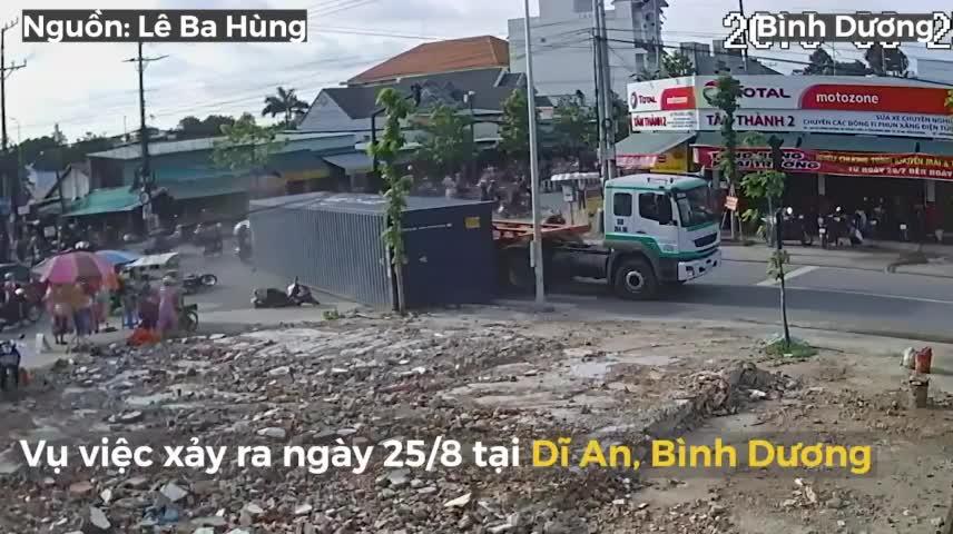 thung container roi khoi xe suyt de trung nguoi di xe may