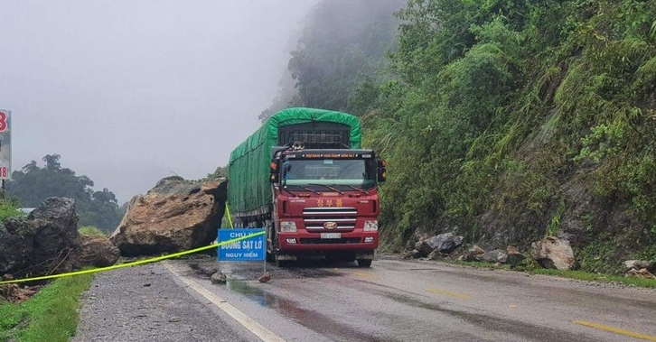 Hoàn lưu bão số 2: Nhiều tuyến đường ở Sơn La sạt lở gây ách tắc do mưa lớn