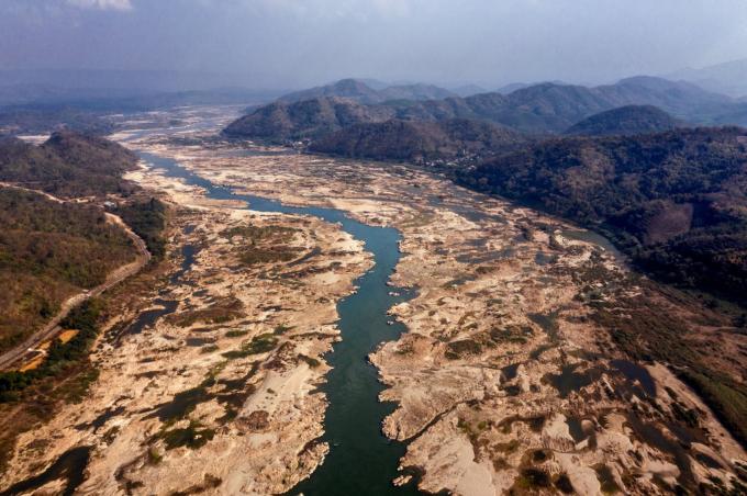 Dòng chảy ở vùng hạ lưu sông Mekong ngày một thu hẹp. Trong ảnh là đoạn chảy qua  Sangkhom (Thái Lan) hồi đầu năm nay. Ảnh: The New York Times