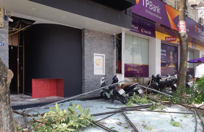Nổ như bom cạnh ngân hàng trên phố Hà Nội, nhiều người hoảng loạn - 1