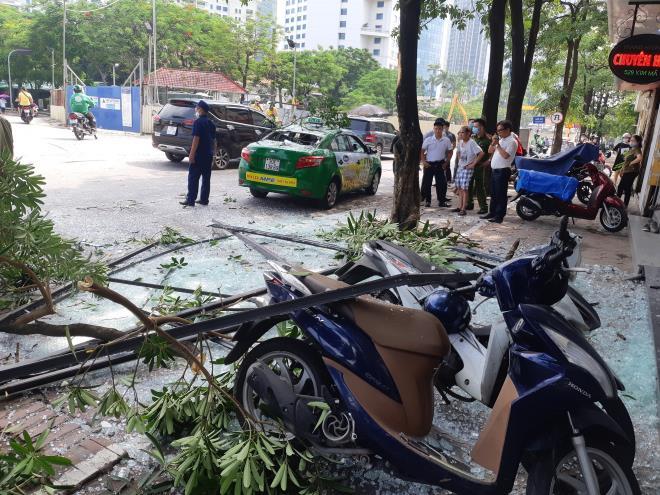 Nổ như bom cạnh ngân hàng trên phố Hà Nội, nhiều người hoảng loạn - 2