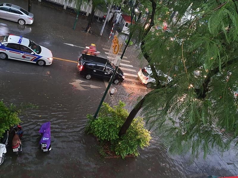 Mưa nặng hạt cuối chiều, phố Hà Nội mênh mông nước