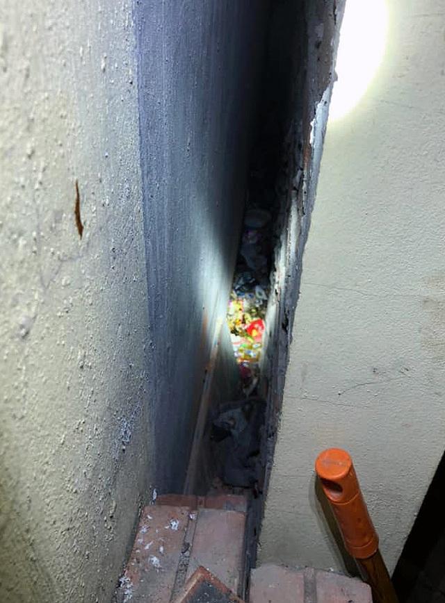 Hà Nội: Bé trai sơ sinh bị bỏ rơi giữa 2 khe tường rất hẹp - 1