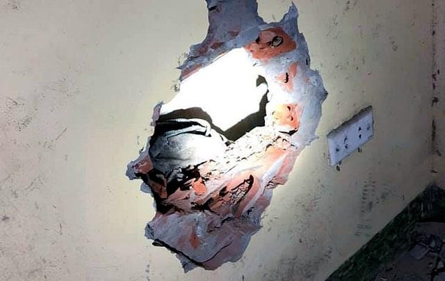 Hà Nội: Bé trai sơ sinh bị bỏ rơi giữa 2 khe tường rất hẹp - 2