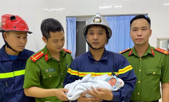 Hà Nội: Bé trai sơ sinh bị bỏ rơi giữa 2 khe tường rất hẹp - 3