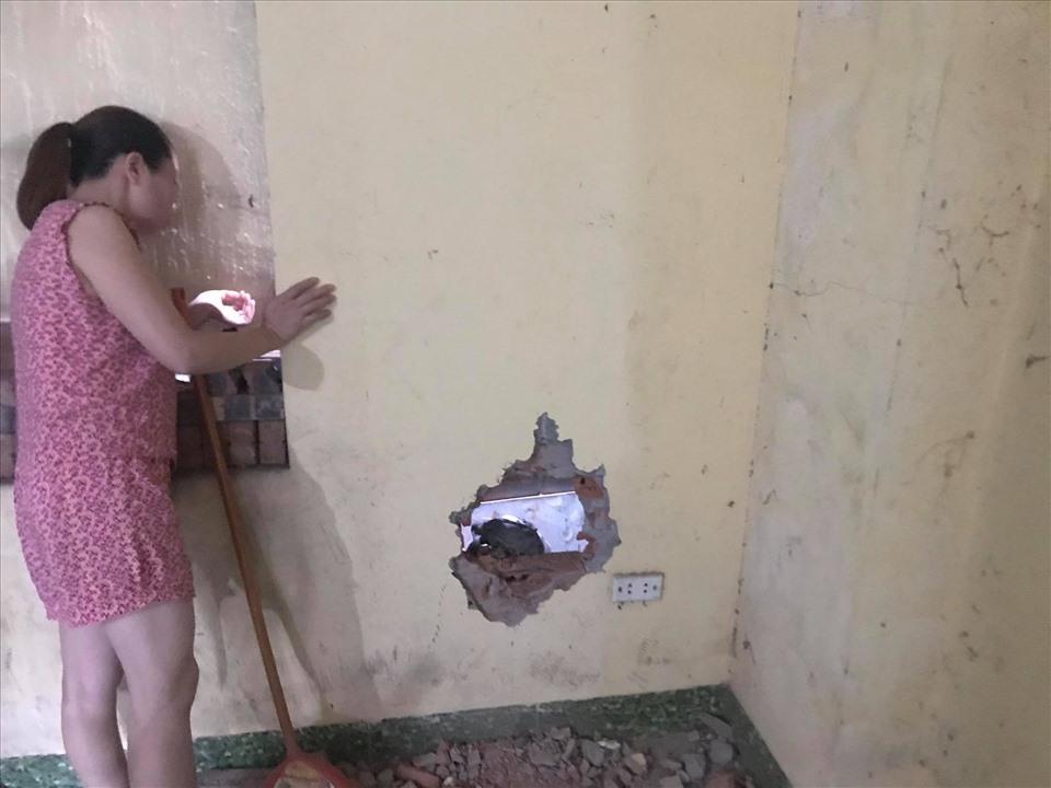 Người dân và cơ quan chức năng phải khoan tường để giải cứu cháu bé.