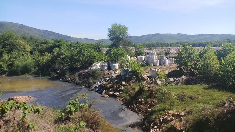"""Công an Thanh Hóa bắt quả tang vụ đổ trộm 28,6 tấn chất thải """"lạ"""""""