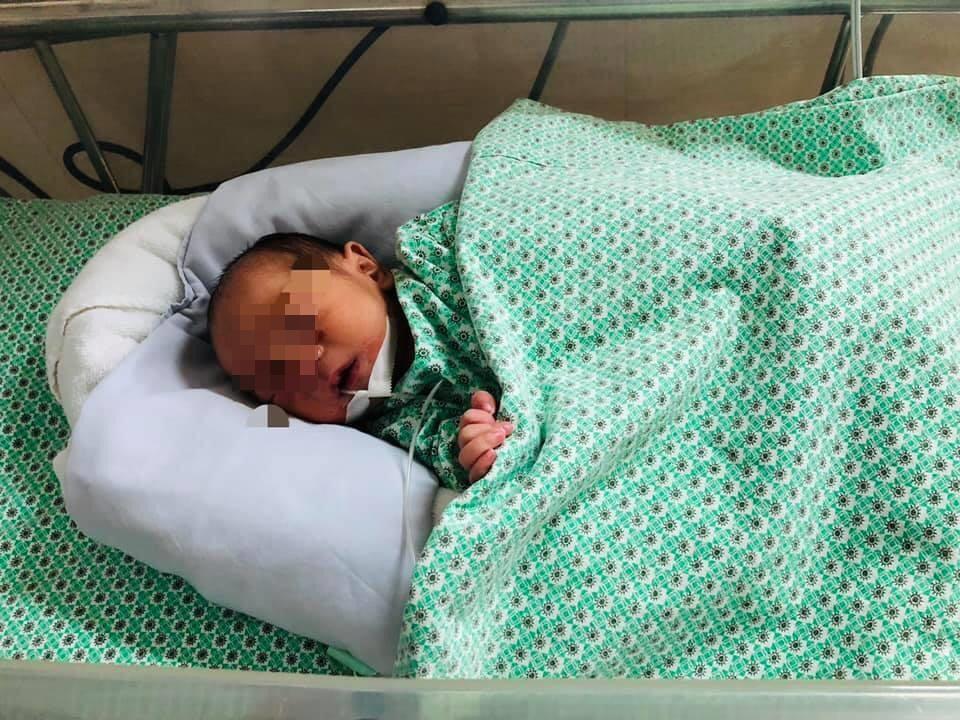 Bé trai đang được chăm sóc và điều trị tại bệnh viện. Ảnh: Bệnh viện cung cấp