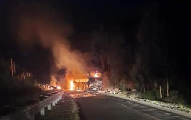 Xe chở 40 hành khách bất ngờ bốc cháy trơ khung - 1