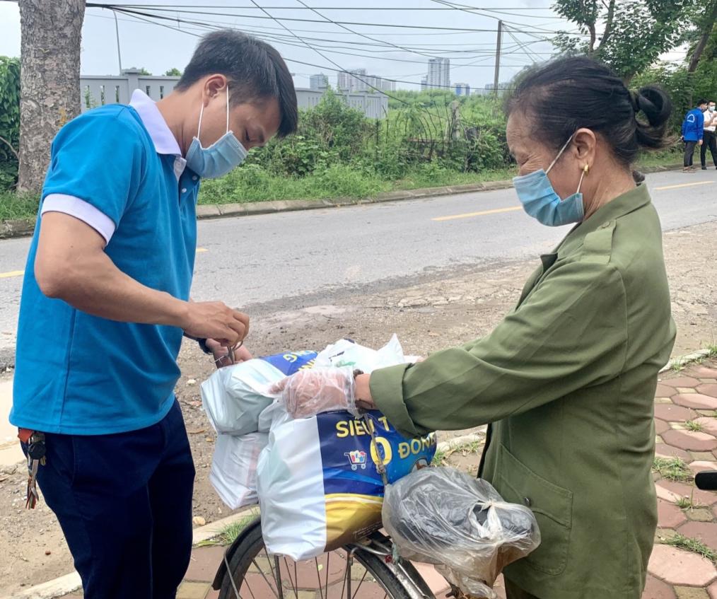 Tình nguyện viên mang các sản phẩm ra tận xe cho người dân