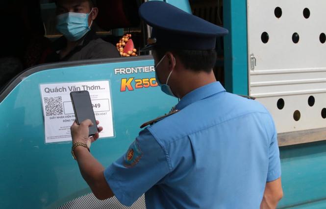 """Lợi dụng phương tiện """"luồng xanh"""" để chở người và hàng lậu vượt chốt kiểm soát"""