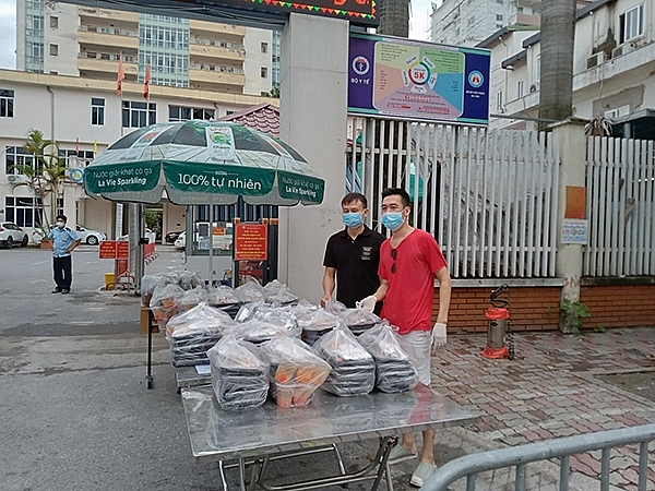 Những suất cơm yêu thương gửi tặng Bệnh viện Phổi Hà Nội