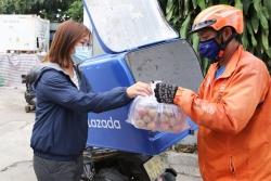 Hà Nội: Shipper giao hàng thiết yếu, đi chợ được hoạt động