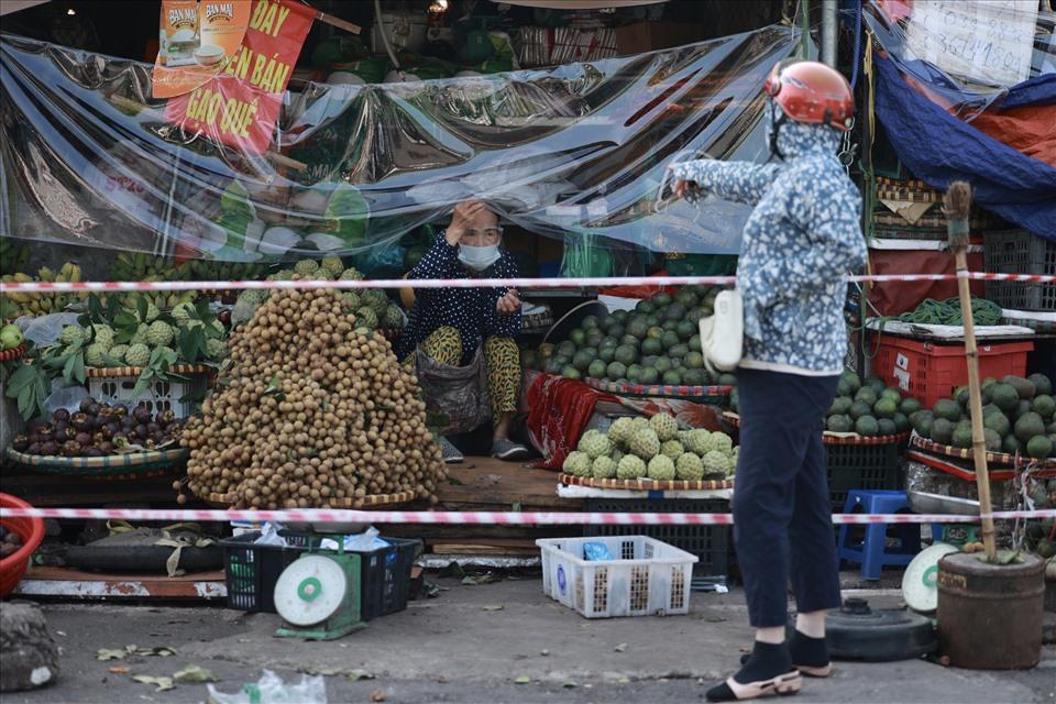 Khu vực chợ tạm Nam Trung Yên.