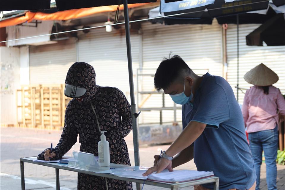Chợ Nghĩa Tân cũng được căng dây, kiểm soát việc đi lại của người dân.