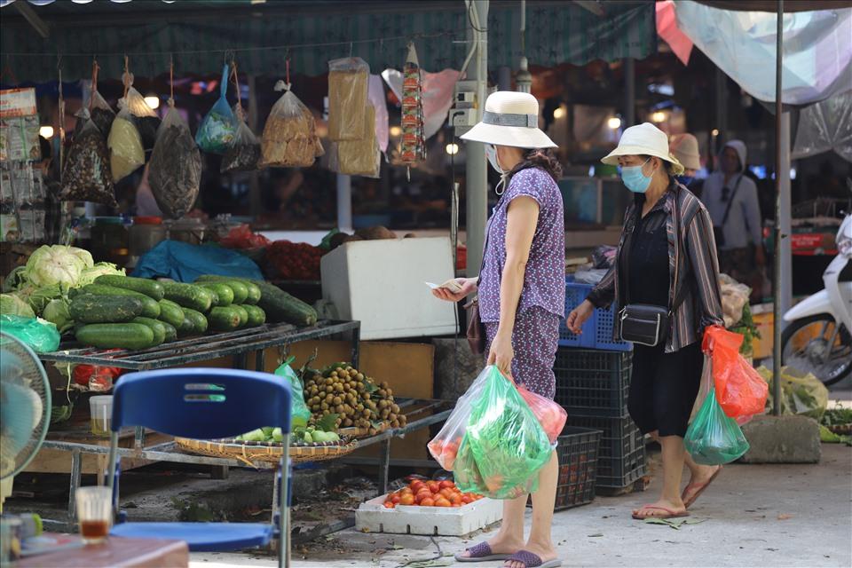 Người dân sẽ đi chợ với tần suất 2 lần/tuần và sử dụng phiếu do chính quyền địa phương cấp. Do đó, ngày 5.8 khu chợ Nghĩa Tân khá vắng vẻ.