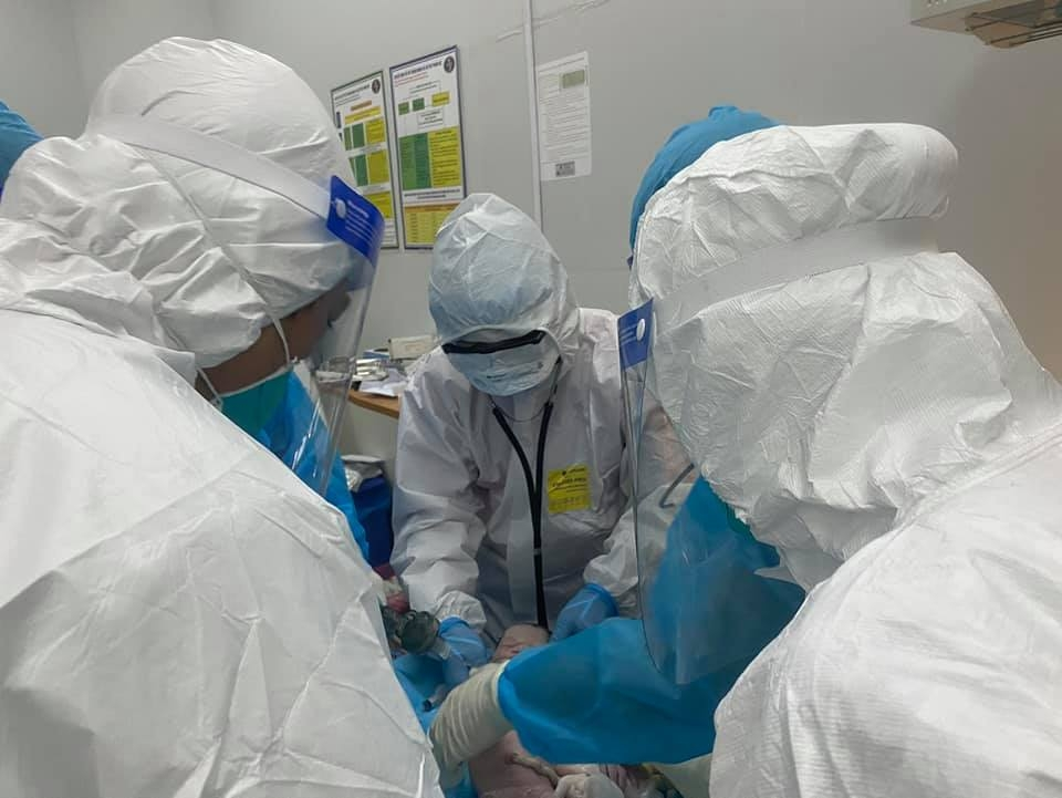 Mổ cấp cứu bắt thai thành công cho 2 sản phụ mắc Covid-19 suy hô hấp