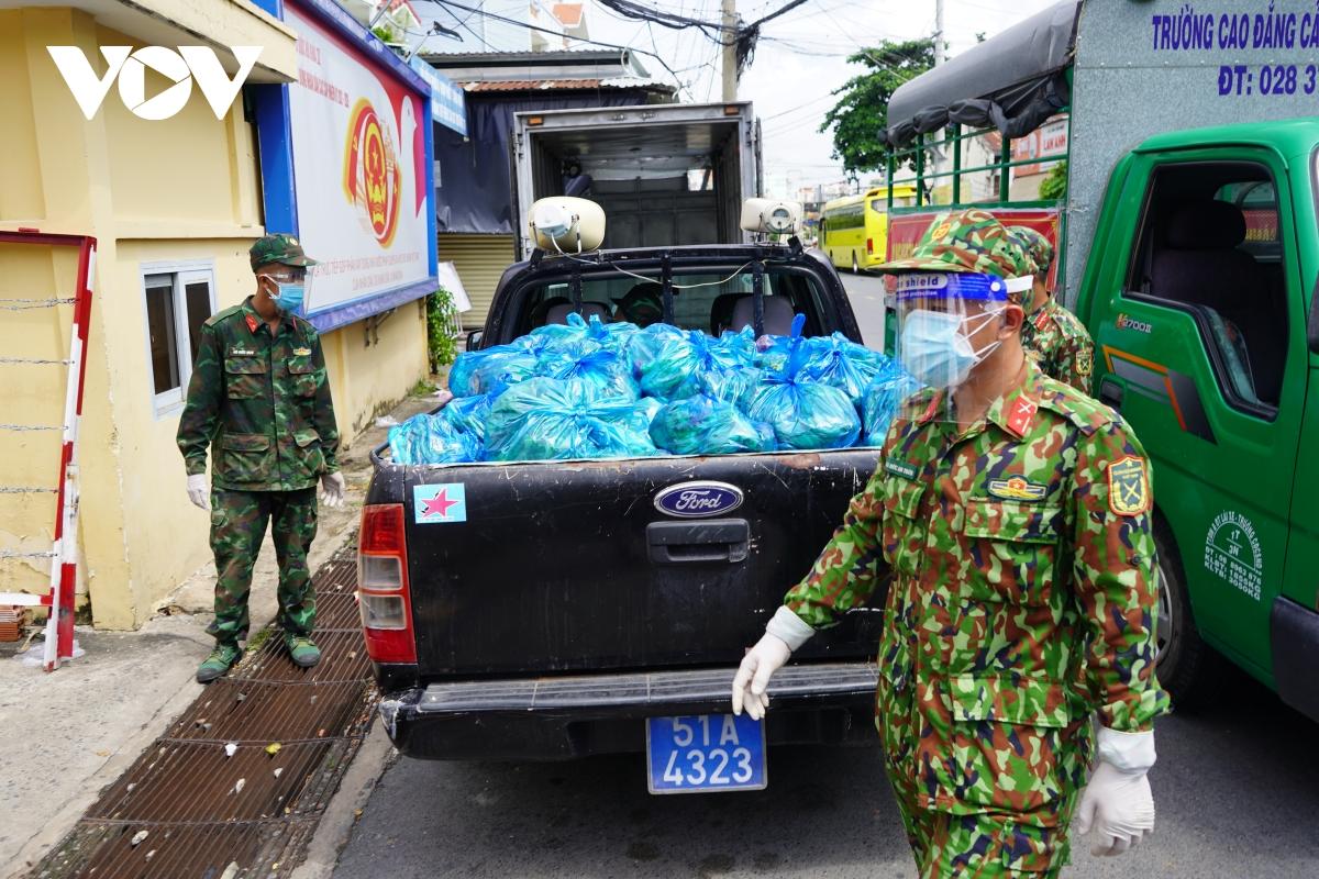 Bộ đội rong ruổi khắp các ngõ hẻm đưa lương thực, thực phẩm đến với người dân