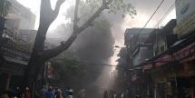 Cháy lớn ở Đê La Thành, cả gia đình leo qua nhà hàng xóm thoát chết
