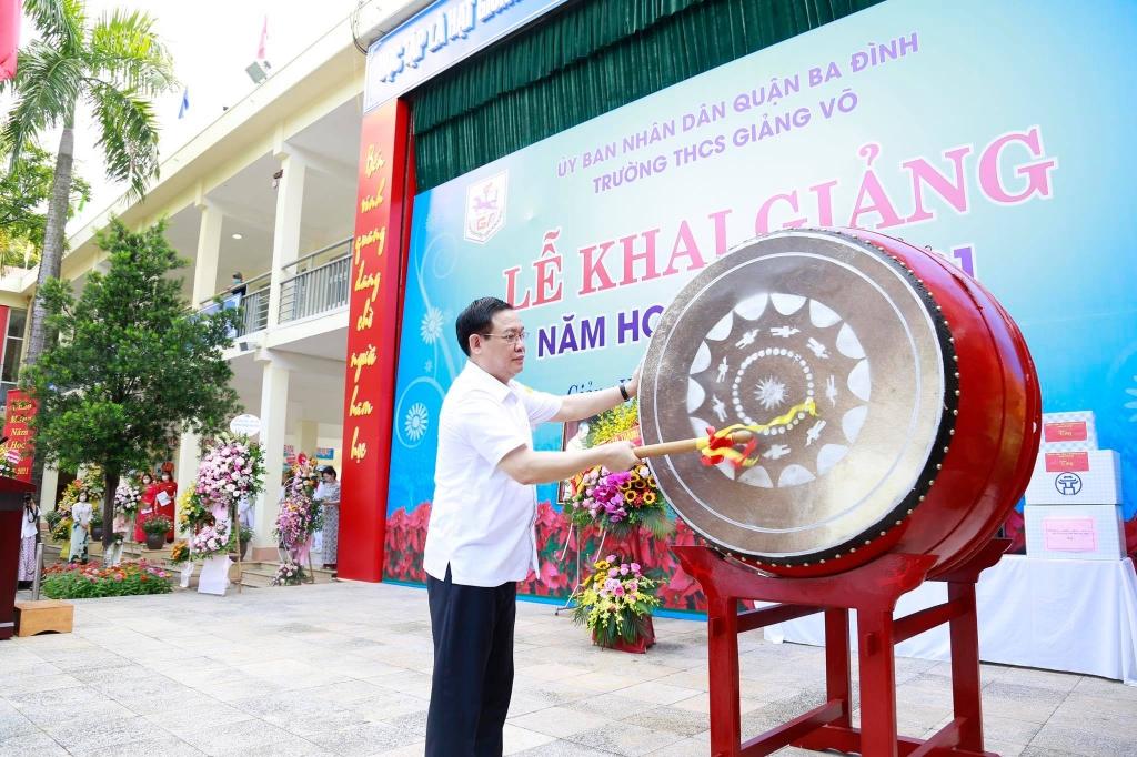 Bí thư Thành ủy Hà Nội Vương Đình Huệ đánh trống khai giảng năm học mới
